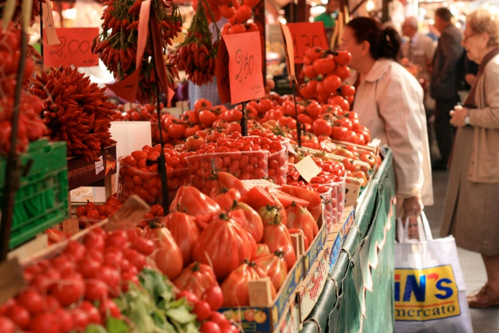 Tomatoes in Porta Palazzo, Turin. Photo from Rachel Black, CC